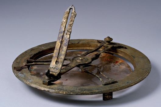 Compas azimutal avec sa plaque en mica, fabriqué par Gregory à Londres, avant 1785 - Epave de La Boussole (fouille 2005) - Musée de l'Histoire maritime de Nouvelle-Calédonie © Teddy Seguin